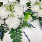 カーネーションとデンファレの白い仏花