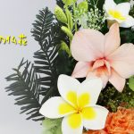 南国風・プルメリアが主役の新作トロピカル仏花